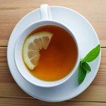 чай з лимоном стає світлішим